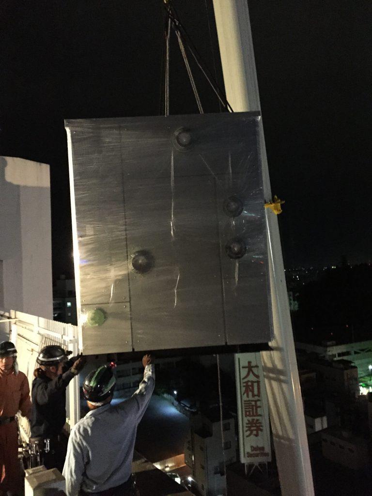 冷温水発生器 玉掛 揚重 搬入 横びき